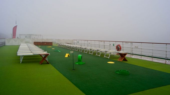 Blick über das Sonnendeck mit Putting Green