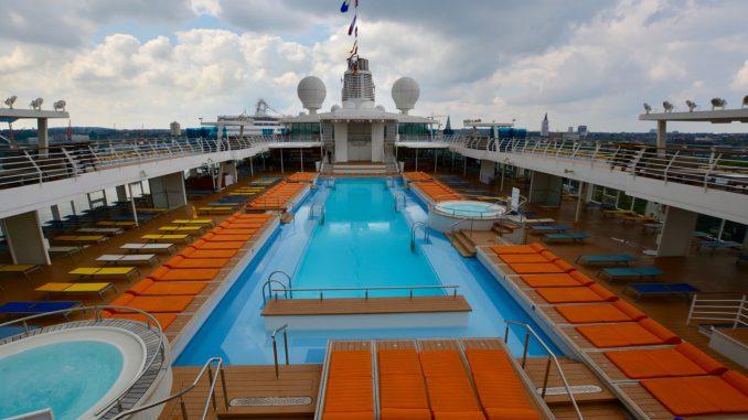Blick über das Pooldeck der Mein Schiff 3