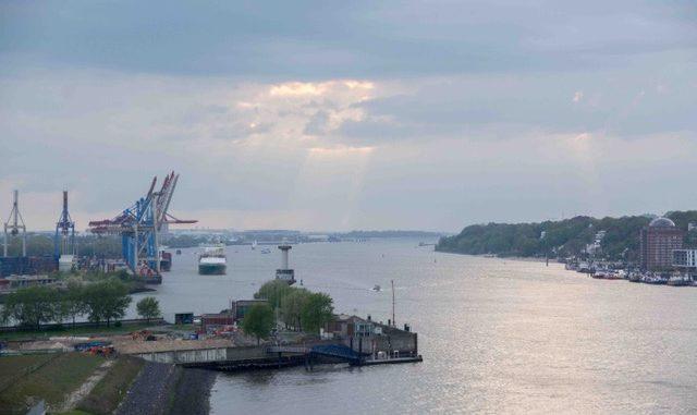 Wunderschöne Lichtstimmung beim Auslaufen aus Hamburg
