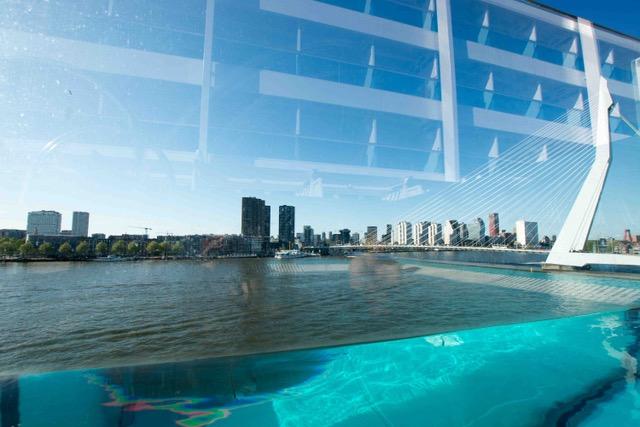 Ausblick aus dem Infinity Pool auf Rotterdam