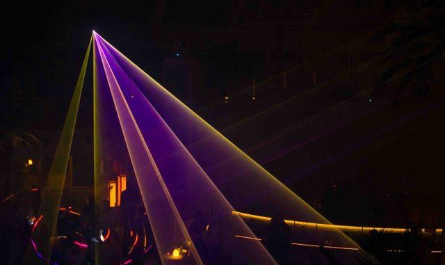 Mitternächtliche Lasershow im Beach Club