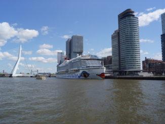 Die AIDAperla vor der Erasmusbrücke in Rotterdam