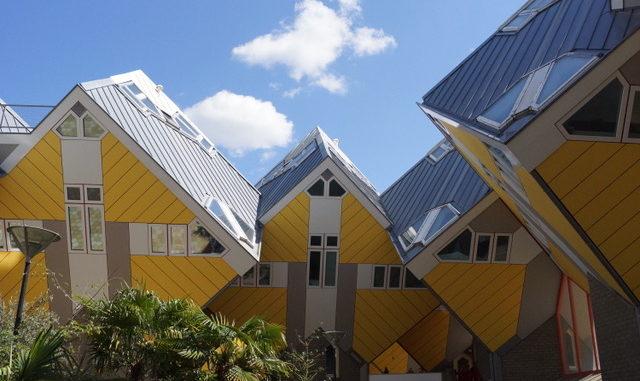 Die gelben Kubushäuser im Sonnenschein
