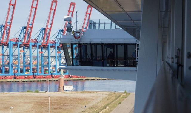 Ausblick vom Balkon auf die Brücke und den Hamburger Hafen