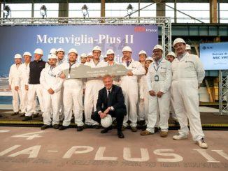 MSC Cruises Executive Chairman Pierfrancesco Vago und die Mitarbeiter von STX France feiern den Stahlschnitt der MSC Virtuosa