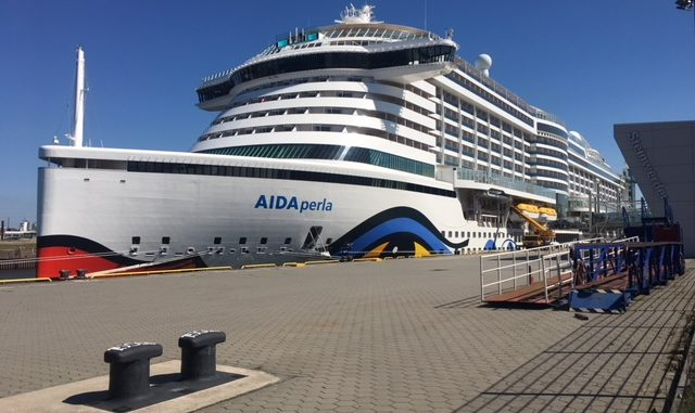 AIDAperla an ihrem Liegeplatz am Cruise Center Steinwerder