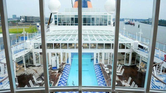 Der Poolbereich der MS Europa, halb überdacht durch das Magrodome