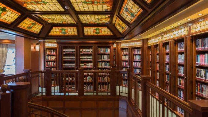 Die Bibliothek bietet Literatur auf zwei Decks