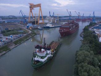 Der 6500 Tonnen schwere Schiffskörper auf dem Weg nach Norwegen. Foto: Bogdan Vasilescu/Hapag-Lloyd Cruises