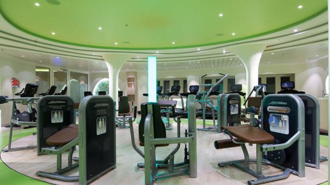 Blick in den Fitnessbereich der AIDAperla