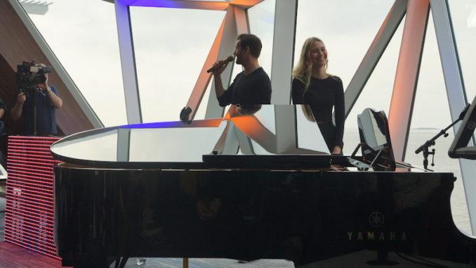 Das Duo hat viel Spaß während des exklusiven Konzerts.