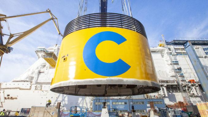 Der charakteristische gelbe Schornstein wird montiert. Foto: Costa Kreuzfahrten