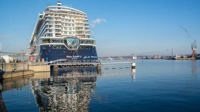 Die neue Mein Schiff 2 lag zur Endausrüstung am Kieler Ostseekai
