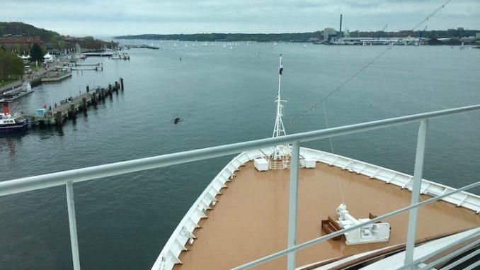Ausblick von der Brücke der Zuiderdam auf den Kieler Hafen