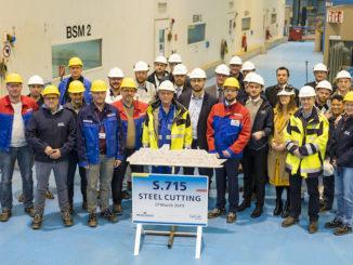 Die Teams von Saga Cruises und Meyer Werft beim Stahlschnitt für die Spirit of Adventure. Foto: Michael Wessels/Meyer Werft