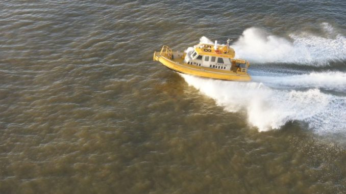 Ein Lotsenboot in voller Fahrt bei der Einfahrt in Rotterdam