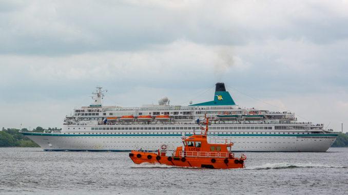 Lotsenboot in Kiel vor der MS Astor kurz hinter der Schleuse Holtenau