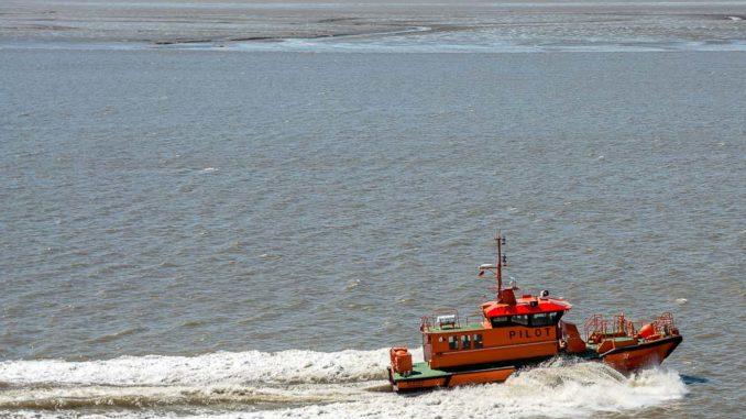 Lotsenboot auf der Weser in Bremerhaven