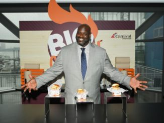 Basketball-Legende Shaquille O'Neal präsentiert seine Köstlichkeiten, die es auf der Mardi Gras geben wird. Foto: Mike Coppola/Getty Images for Carnival Cruise Line)