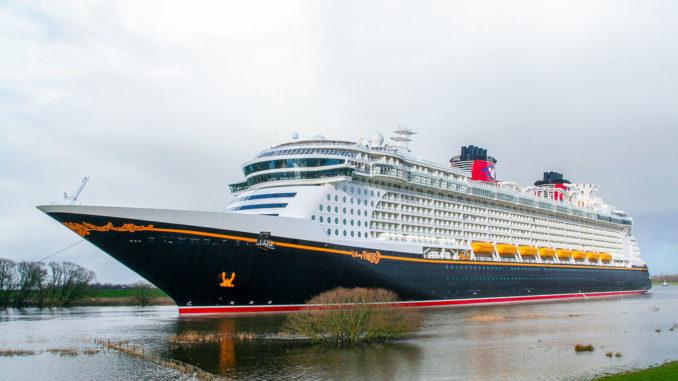 Die Disney Fantasy bei der Emsüberführung von der Meyer Werft zur Nordsee
