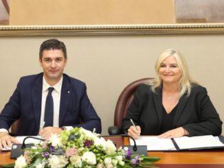 Mato Franković (Bürgermeister von Dubrovnik) und Kelly Craighead (President & CEO von CLIA) bei der Unterzeichnung der Willenserklärung. Foto: CLIA