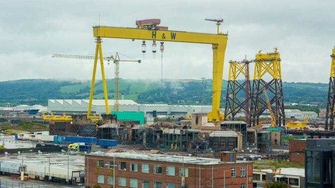 Einer der rund 90 Meter hohen Kräne bei Harland & Wolff in Belfast