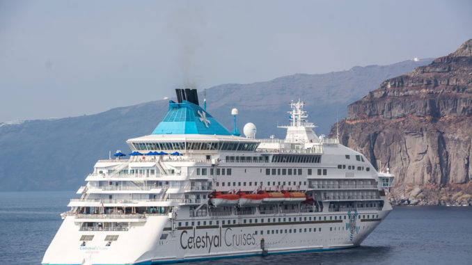 Celestyal Crystal von Celestyal Cruises vor Santorini