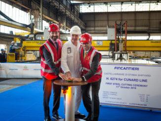 Josh Weinstein, President Carnival UK Ltd, Gilberto Tobaldi, Shipyard Director bei Fincantieri und Simon Palethorpe, President von Cunard, drücken den Startknopf. Foto: Cunard Line