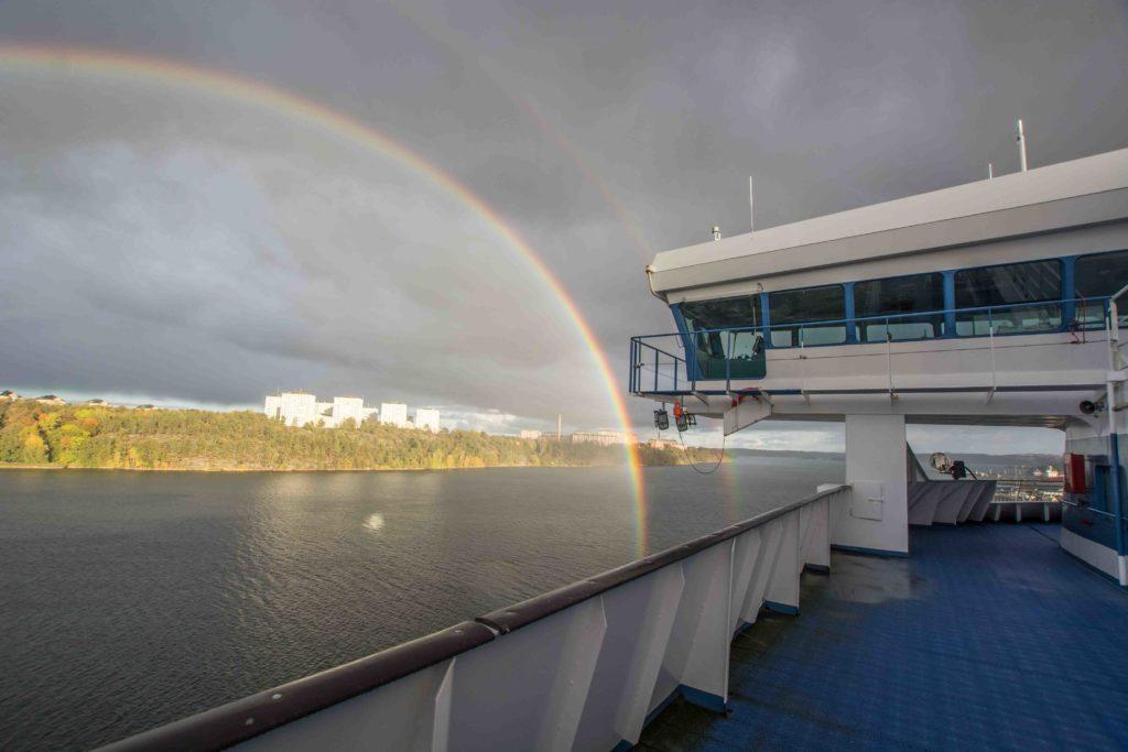 Regenbogen beim Auslaufen aus Stockholm