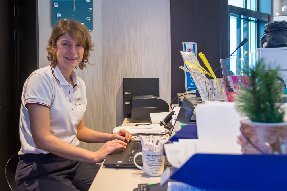 Kreuzfahrtleitung Anette in ihrem Büro an Bord