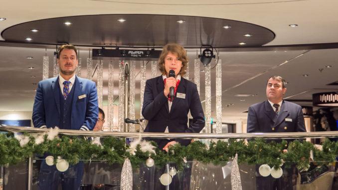 Kreuzfahrtleitung Annette mit dem Hotelmanager bei der Präsentation im Salon