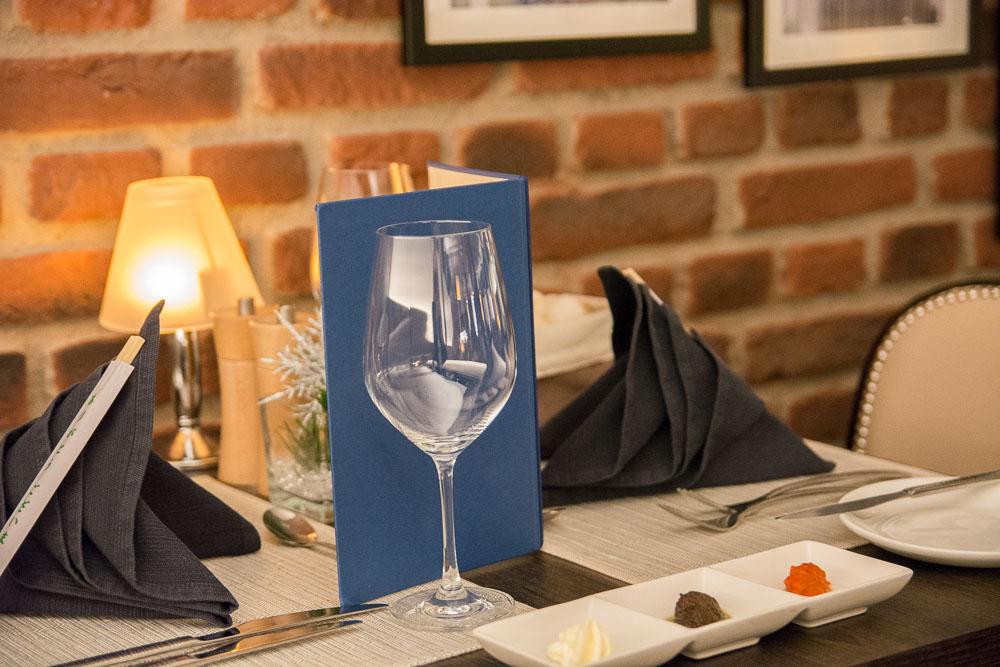 Für das asiatische Menü eingedeckter Tisch im Manhattan