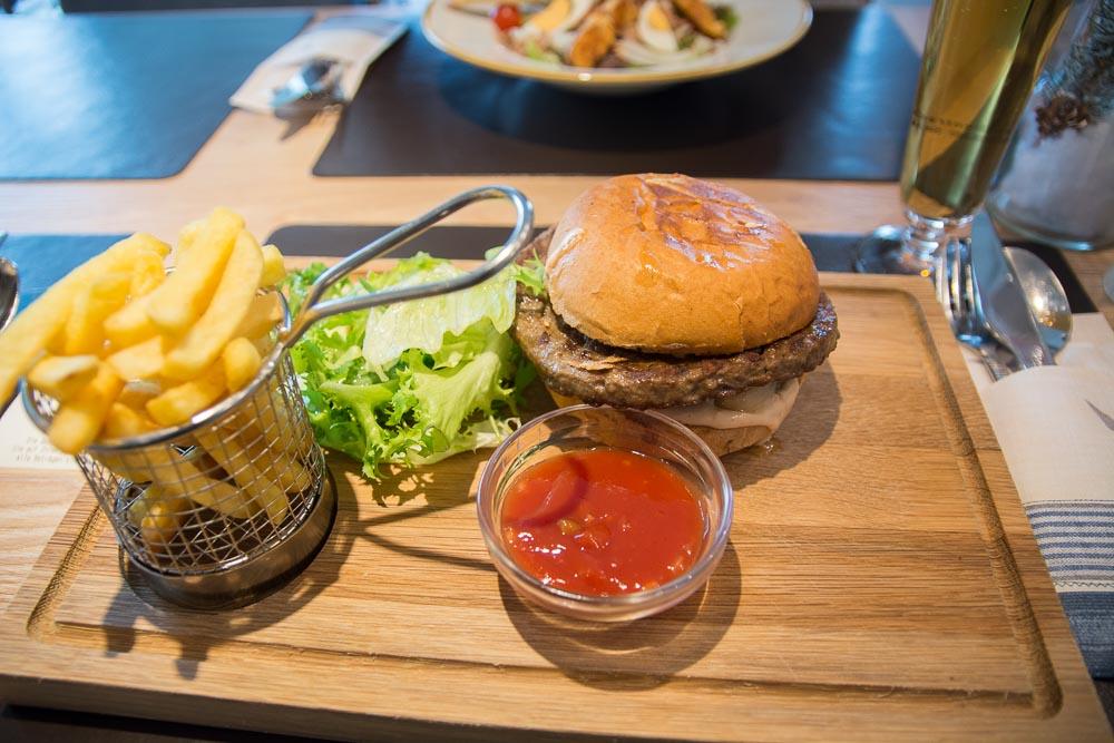 Burger in Mario's Grill