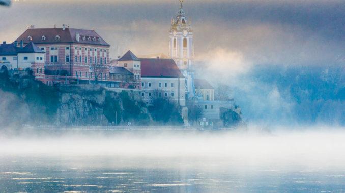 Nebelschleier wabern über die Donau bei Dürnstein