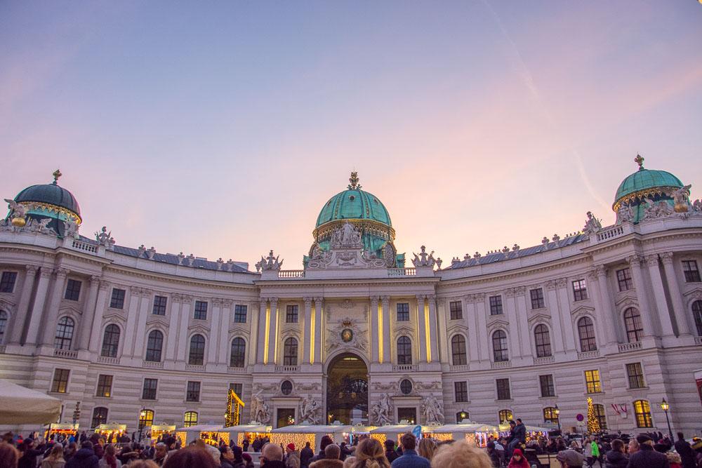 Die Hofburg in der Dämmerung