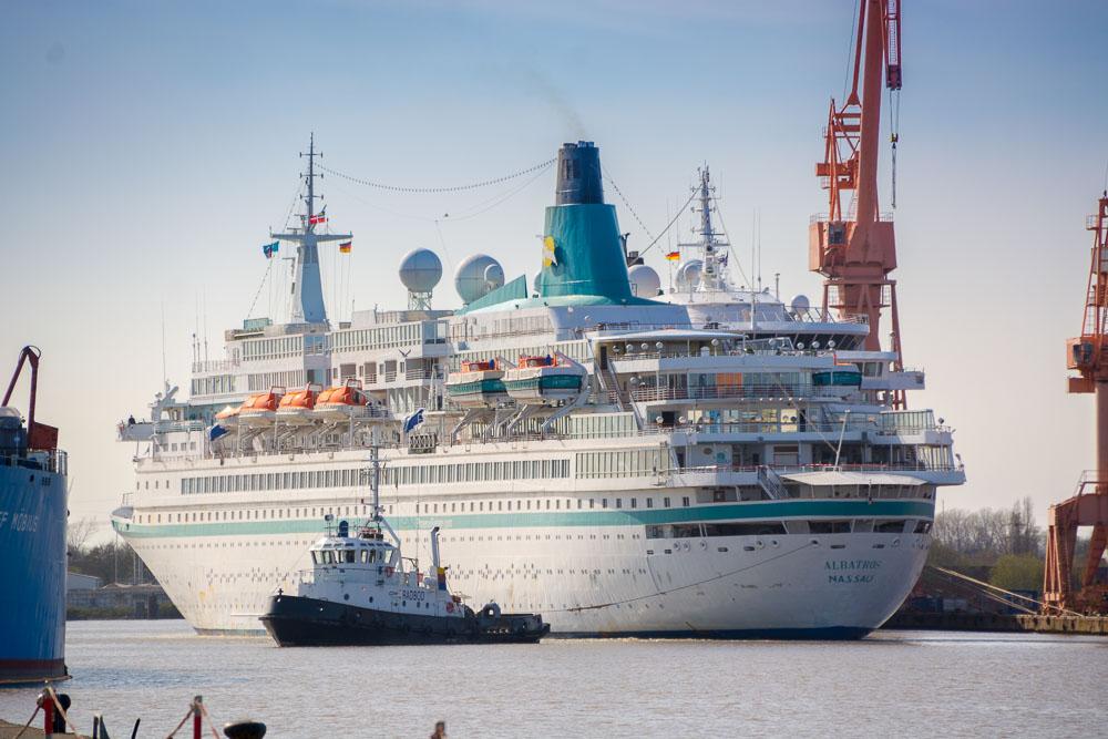 MS Albatros legt in Emden an