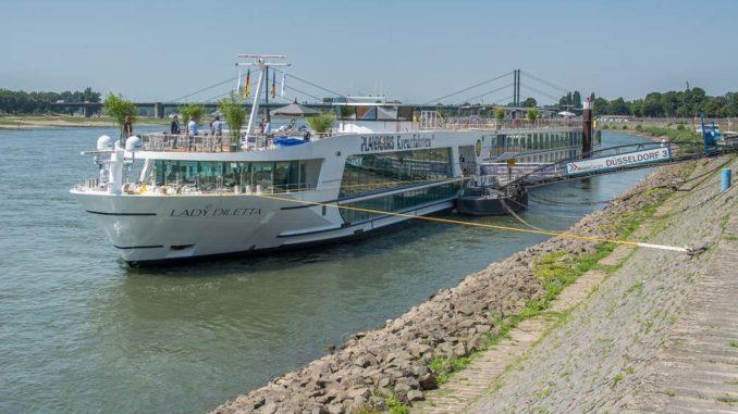 Die Lady Diletta am Düsseldorfer Rheinufer