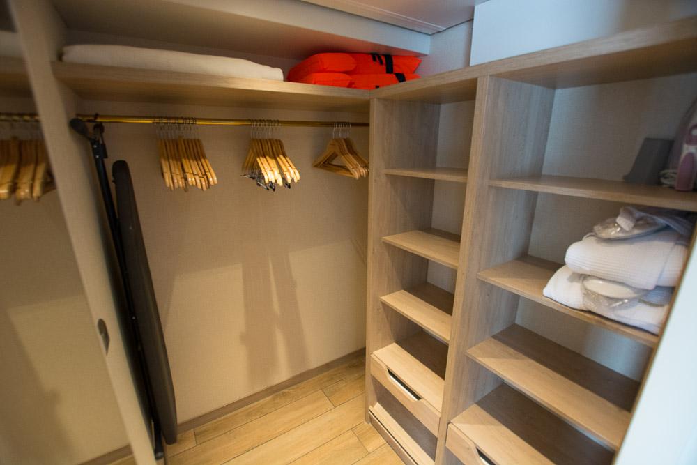 Begehbarer Kleiderschrank in der Master Suite