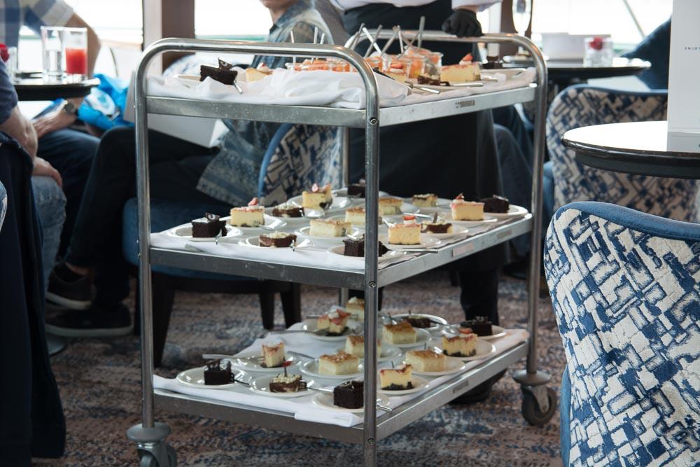 Die süßen Spezialitäten werden auf dem Servierwagen von Tisch zu Tisch gefahren