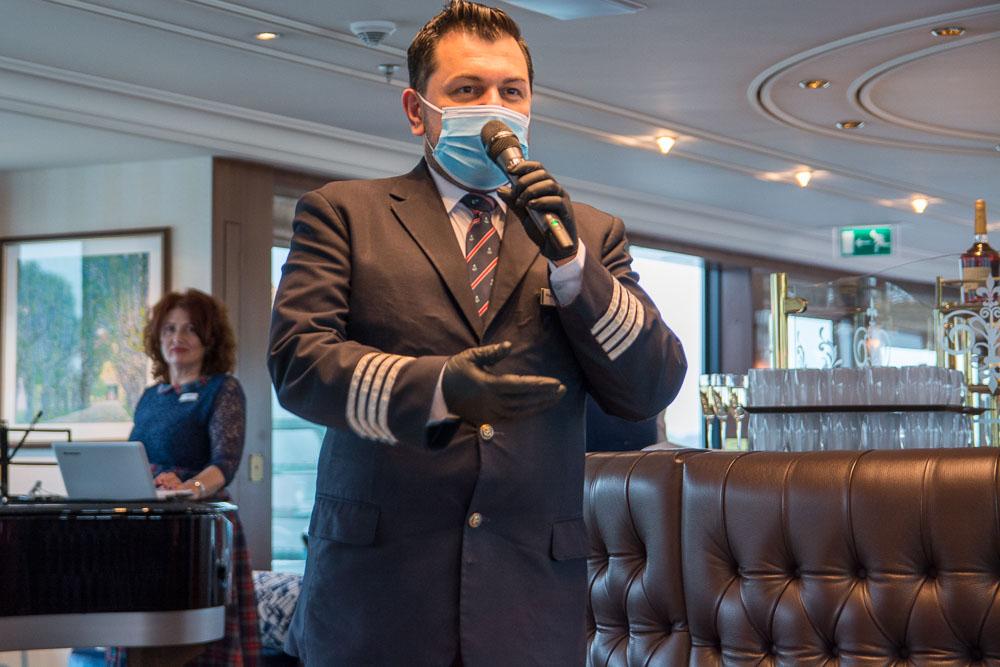 Hotelmanager Planem bei der Begrüßung in der Lounge