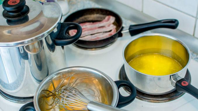 Zubereitung der Eggs Benedict