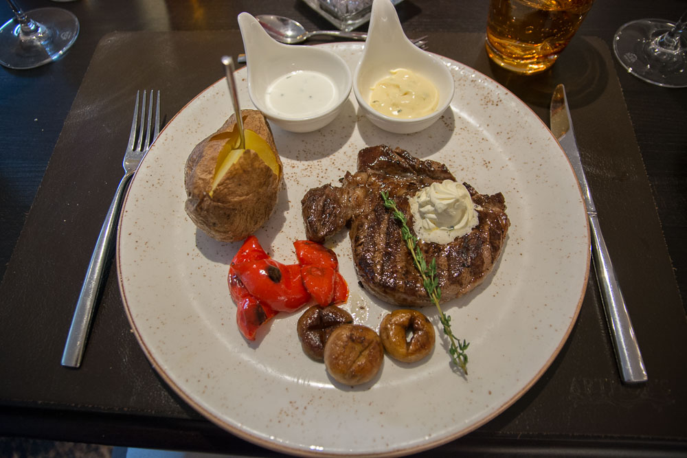 Entrecôte mit Ofenkartoffel und Grillgemüse