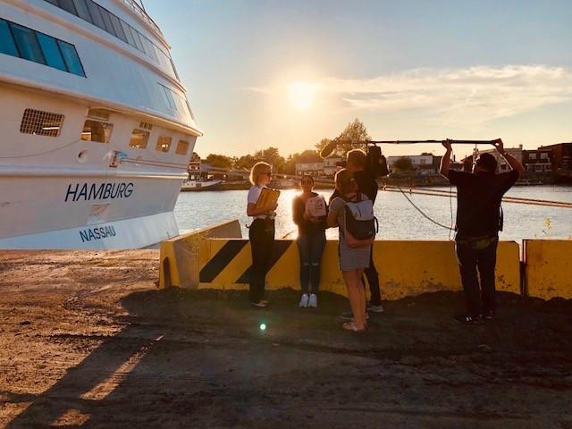 Sarah mit dem Kamerateam von Verrückt nach Meer. Foto: Plantours Kreuzfahrten