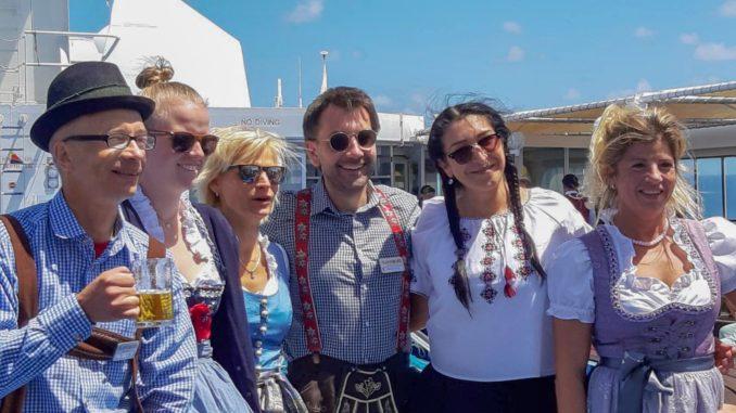 Sarah Pingel (2. von links) mit ihren Kollegen beim Frühshoppen auf der MS Hamburg