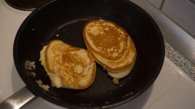 Lasst die Pancakes so lange in der Pfanne, bis sie goldbraun sind