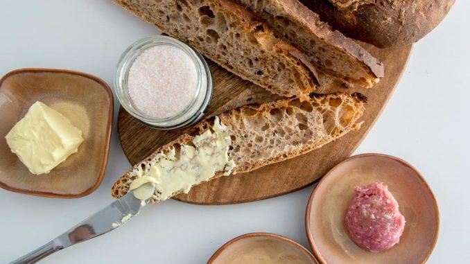 Zünftige Brotzeit mit dem selbstgebackenen Artisanbrot