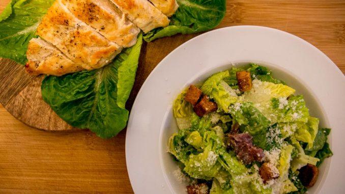 Der Caesar Salad ist ein absoluter Vorspeisenklassiker an Bord