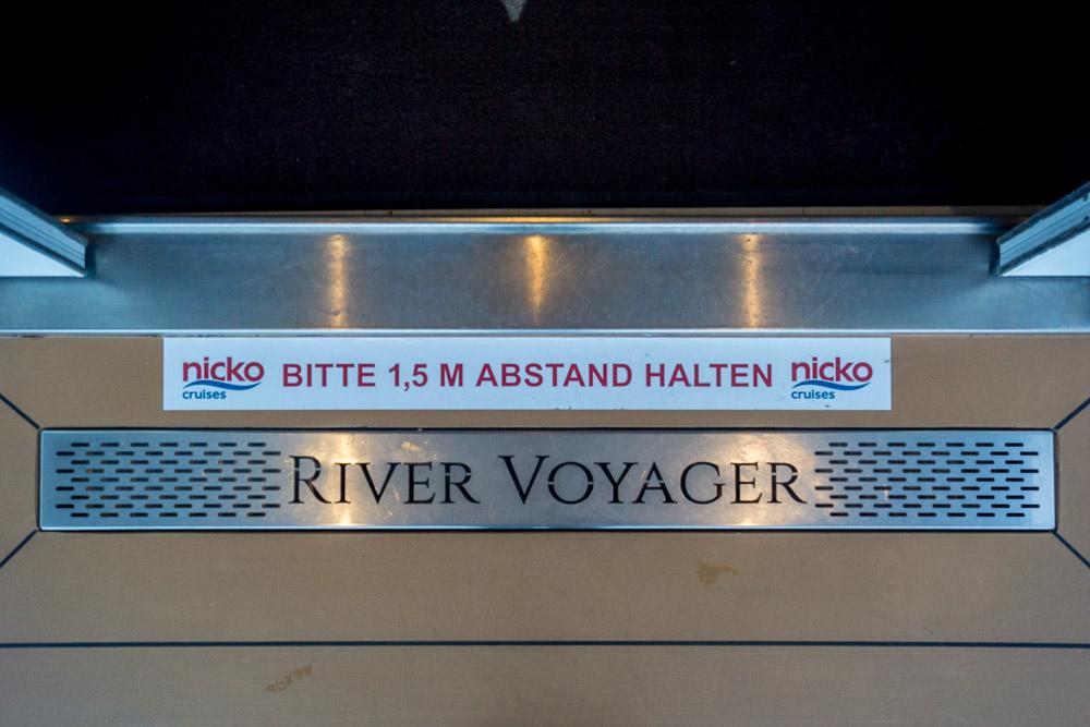 Hinweisschilder zum Abstandhalten von nicko cruises