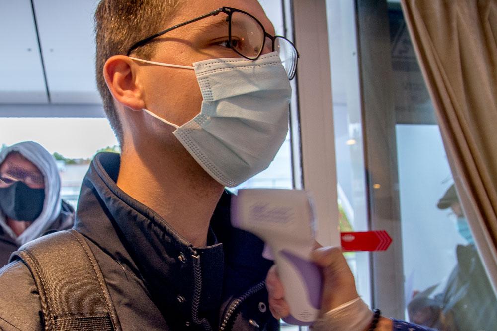 Fiebermessen vor dem Check-In