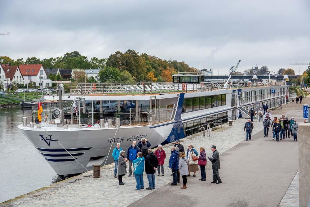 Die einzelnen kleinen Ausflugsgruppen starten vor dem Schiff